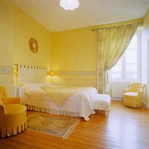 dormitorio-pintado-de-color-amarillo-con-cenefa1